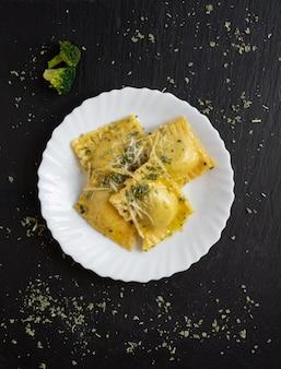 슬레이트 접시에 리코타와 시금치 라비올리