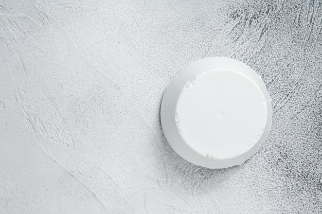 식탁에 리코타 크림 치즈. 흰 바탕. 평면도. 공간을 복사합니다.