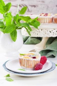 新鮮なラズベリーとリコッタチーズのミニチーズケーキ