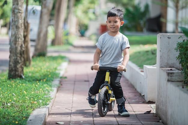 푸시 또는 밸런스 자전거를 사용하여 자전거 타기