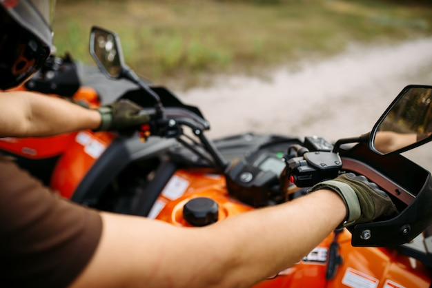Всадник на квадроцикле, вид через шлем, квадроцикл. путешествие по бездорожью на квадроциклах, активный экстремальный автоспорт
