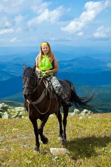 Всадник на лошадях в горах