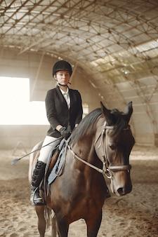 Всадник тренируется с лошадью