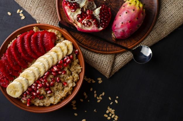 エンバクのおridgeにはバナナ、ザクロの種子、サボテンの実があります。