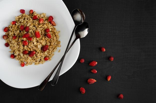 野生のイチゴと健康的なオートミールのおridge。フィットネス食品。上面図