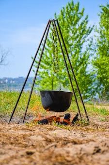 火の黒い大釜でおridgeを準備します。