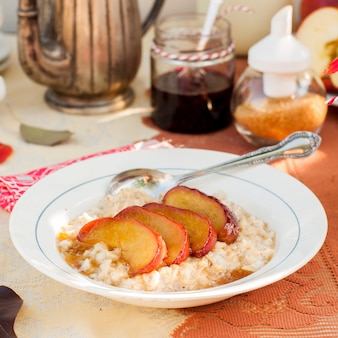 蜂蜜のリンゴとクリーミーなオート麦のおridge
