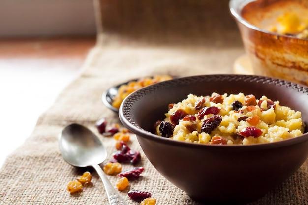 レーズンと乾燥クランベリー入りの甘いミレーのおridge