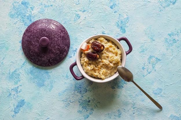 健康的な食事、健康的な朝食用食品。日付付きのオートミールのおridge。