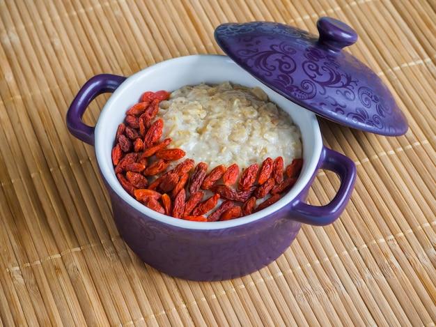 健康的な食事、健康的な朝食用食品。ゴジベリー入りのオートミールのおridge。