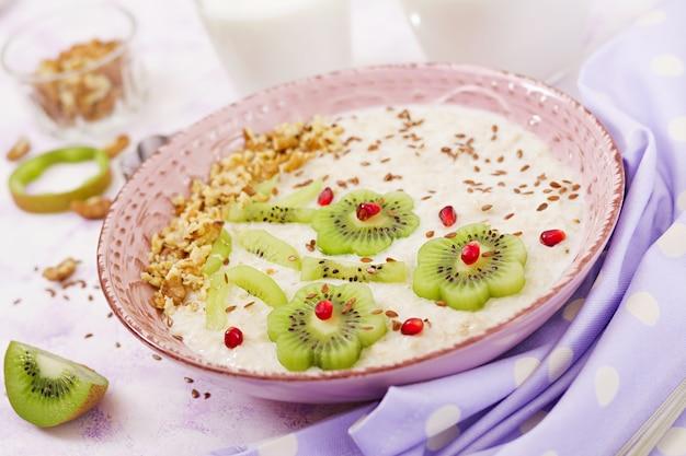 キウイ、ザクロ、ナッツ入りのおいしいヘルシーなオートミールのおridge。健康的な朝食。フィットネス食品。適切な栄養。