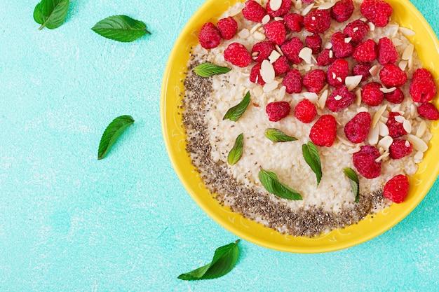 ラズベリーと亜麻のチアのおいしい健康的なオートミールのおridge。健康的な朝食。フィットネス食品。適切な栄養。上面図。平置き