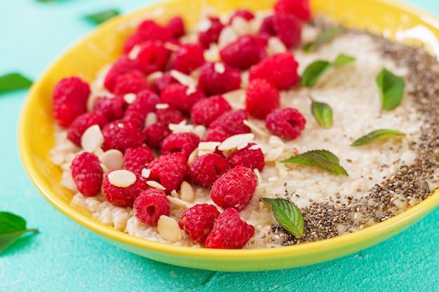 ラズベリーと亜麻のチアのおいしい健康的なオートミールのおridge。健康的な朝食。フィットネス食品。適切な栄養
