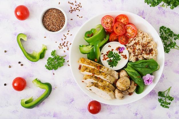 ダイエットメニュー。健康的な生活様式。オートミールのおridge、鶏の切り身、新鮮な野菜