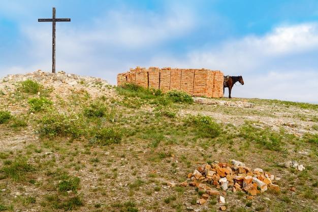 Andreevka orenburg 지역 마을 근처 산 꼭대기 벽돌 더미 근처에서 말을 타고