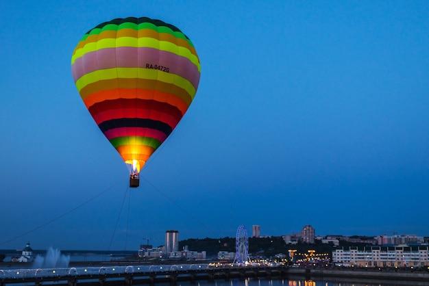 Катание на воздушном шаре в вечерние часы. воздушный шар в воздухе. город чебоксары, россия, 19.08.2018