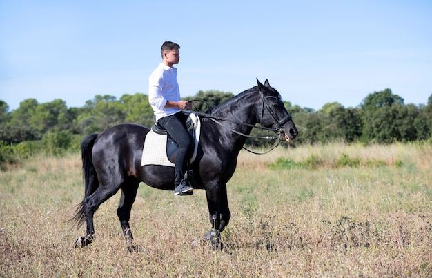 ティーンエイジャーと馬に乗ってください。