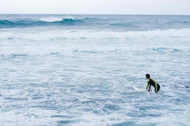 波に乗る。サーフィンの楽園。サーフィン。テネリフェ島のカナリア諸島。