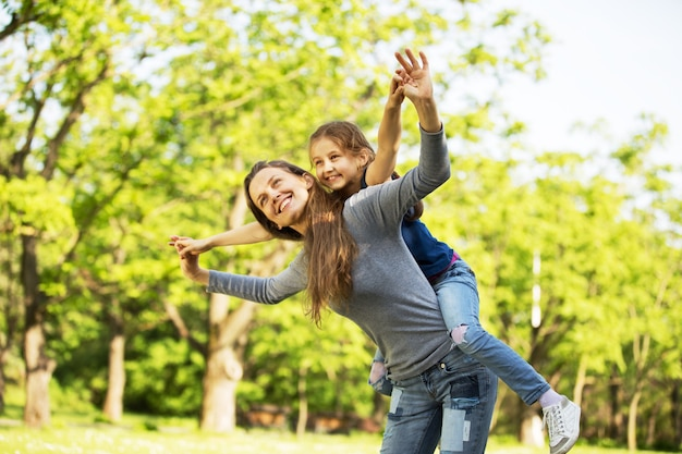 Веселая, веселая семья на пикнике.