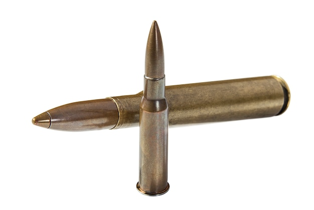 白い背景の上の銅の弾丸とライフルカートリッジ