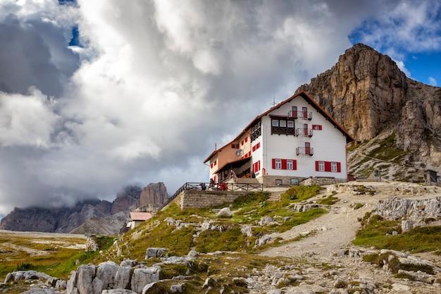 Рифуджио высоко в горах доломитовых альп. tre cime di lavaredo. италия.