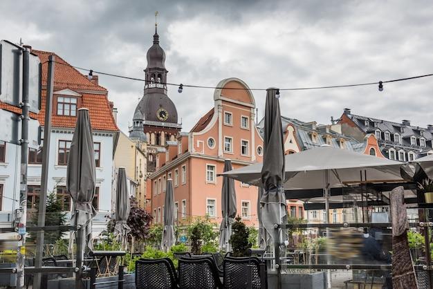 중세 거리와 카페가 있는 라트비아 구시가지의 역사적 중심지 리가