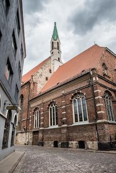 ラトビアのルーテル聖ヨハネ教会近くのリガ旧市街のストリートビュー