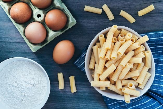 Паста ригатони с яйцом и мукой