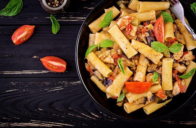 닭고기와 리가 토니 파스타, 그릇에 토마토 소스에 가지. 이탈리아 요리. 평면도. 공간 복사