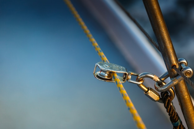 The rigging block with swivel and yellow rope.