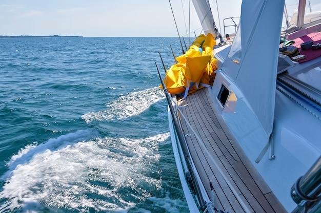 Adriatic sea m에서 항해하는 온보드 호화 범선에서 보기