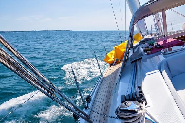 ヨットの索具。ヨーロッパ、モンテネグロ、アドリア海を航行する船内の豪華ヨットからの眺め