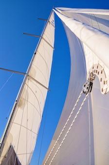 요트에 장비하기요트는 아드리아 해에서 완전한 돛으로 바람을 타고 간다