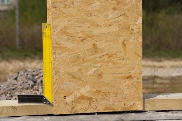 목재 벽 패널이 수직 위치에 설치되었는지 확인하기 위해 사용되는 건축 현장의 직각 또는 정사각형