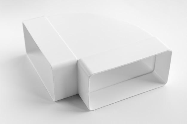 환기를 조립하기 위한 흰색 배경 부분에 직각 플라스틱 팔꿈치