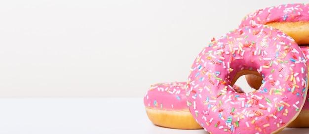 오른쪽 분홍색 맛있는 도넛 배너를 닫습니다.