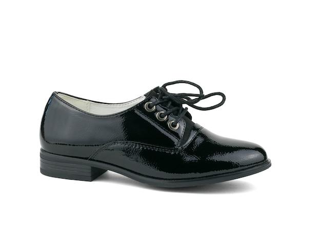 Правый стильный кожаный женский ботинок на белом фоне. стильная и модная женская обувь.