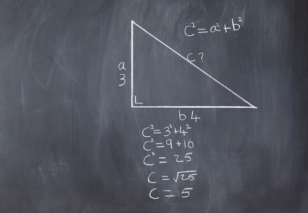 피타고라스 공식과 계산을 가진 직각 삼각형