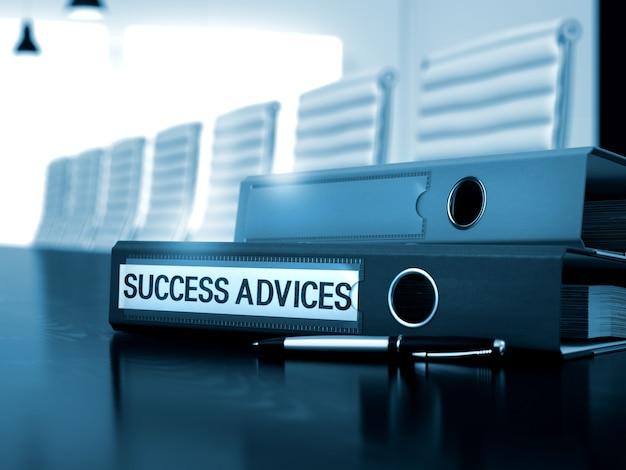 Папка-кольцо с советами по успешной надписи на рабочем столе office black. советы по успеху - иллюстрации. 3d визуализация.