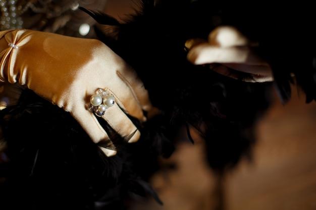 장갑을 낀 손에 진주로 장식된 반지