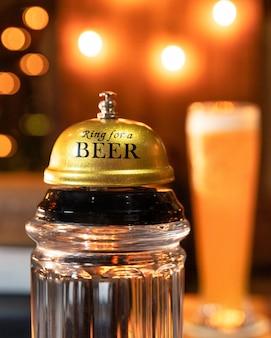 ビールグラスの背景を持つビールのリング