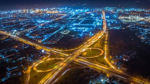 環状道路とインターチェンジの交通車で夜の空撮