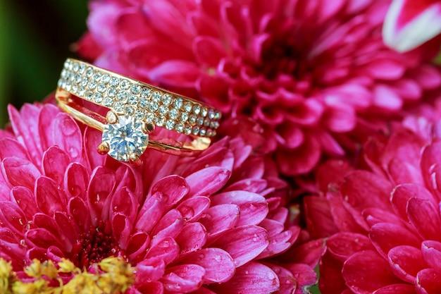 반지 발렌타인 데이 사랑 꽃 다이아몬드 반지 내부 빨간색 촬영 근접 촬영