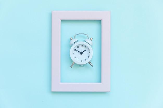 블루 파스텔에 고립 된 핑크 프레임에 트윈 벨 빈티지 알람 시계를 울리는 생활 좋은 아침 밤 깨어 개념의 휴식 시간 시간