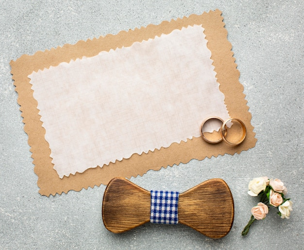 Кольца и бумажная копия пространства свадебная концепция красоты