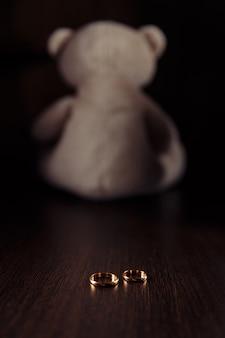 子供の家族法の象徴としての指輪とテディベア