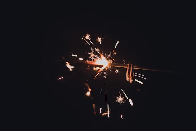 Кольца на горящих бенгальских огнях. обручальные кольца жениха и невесты