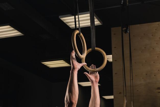 Crossfitジムのストラップに吊り下げられたリング
