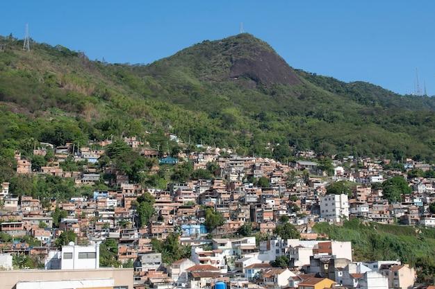 Рио, бразилия - 24 сентября 2021 года: городской район с трущобами, простые здания, обычно построенные на горных склонах города.