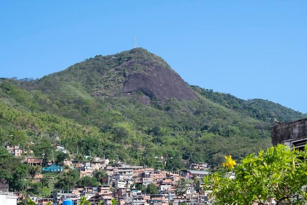 ブラジル、リオ-2021年9月24日:スラム街のある市街地、通常は街の丘の中腹に建てられたシンプルな建物